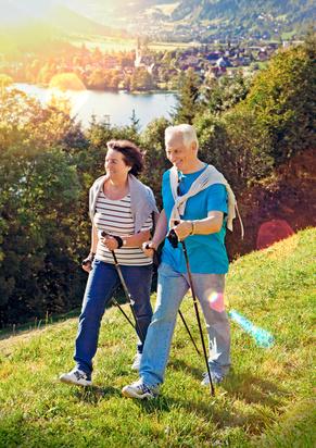 Photo de 2 personnes qui marchent